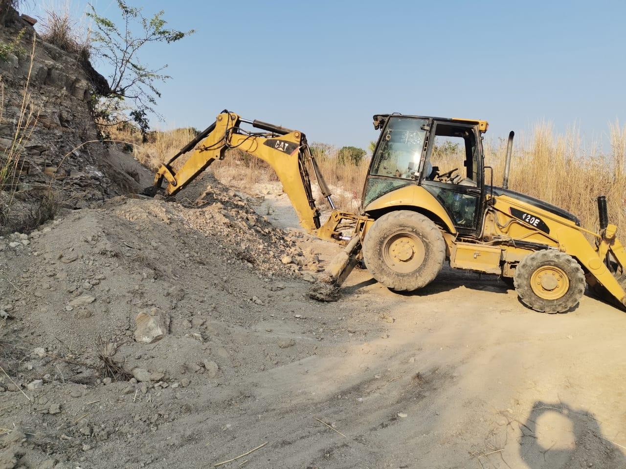 Rehabilitan camino rural en Hernández Hernández